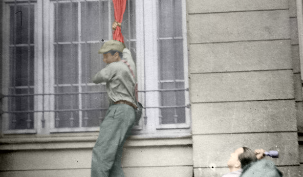 Most Famous Warsaw Uprising Photos – A Man And A German Flag